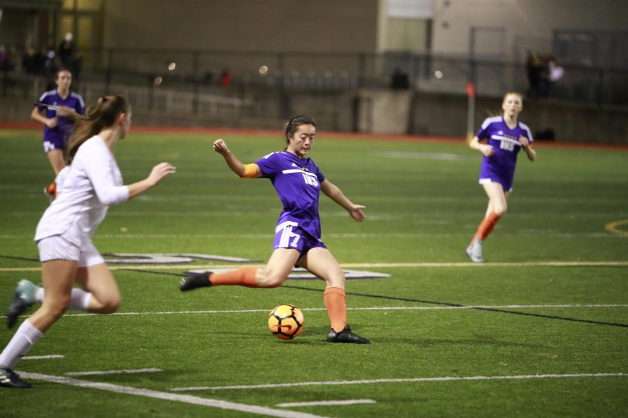 SKILLFUL+PLAY%3A+Senior+Sarah+Kim+attacks+the+ball.+The+Issaquah+Girls%27+Varsity+Soccer+Team+keeps+the+ball+close+to+the+ground%2C+plays+aggressively%2C+and+works+well+as+a+unit.