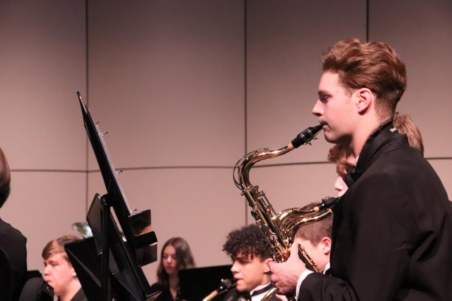 STUDENTS+WORKING+HARD%3A+The+Symphonic+band+concert%2C+many+great+sounds+were+made+by+these+extremely+talented+IHS+students+during+the+Winter+Concert.