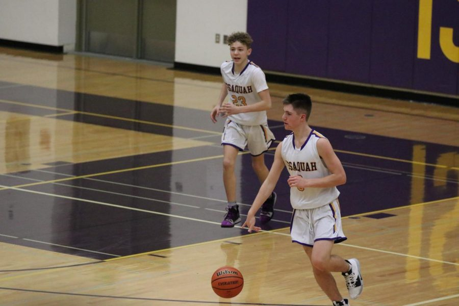 SEASON+OPENER+Sophomore+guard%2C+Mason+Muir%2C+pushes+the+ball+up+the+court+for+the+high-powered+Issaquah+offense.