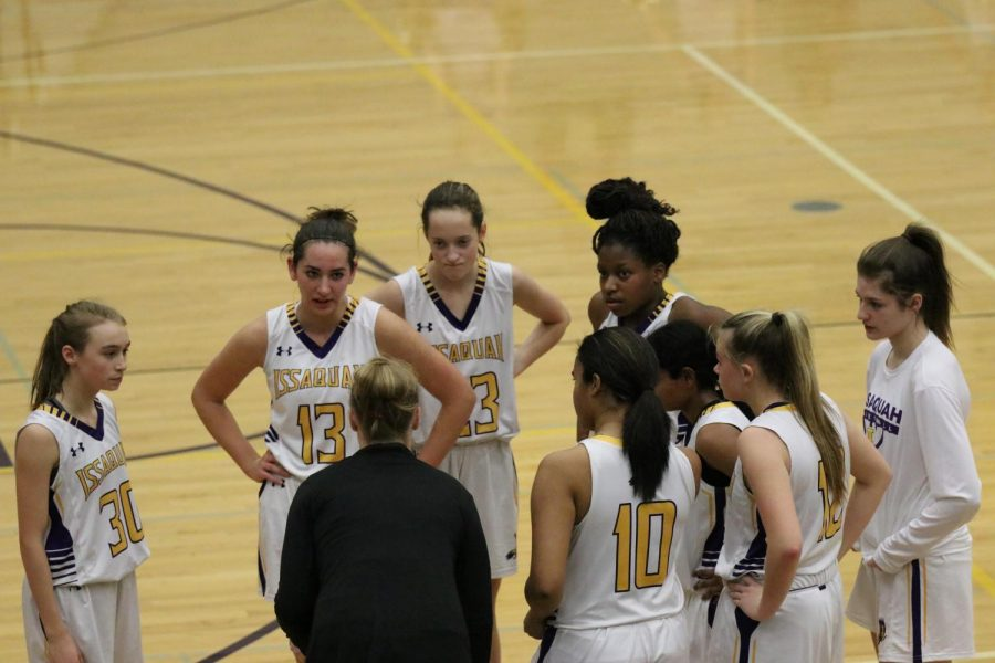FOCUSED+ON+THE+WIN%3A+The+Issaquah+girls+huddle+together+to+ensure+they+hold+on+to+their+lead+to+win+the+game.
