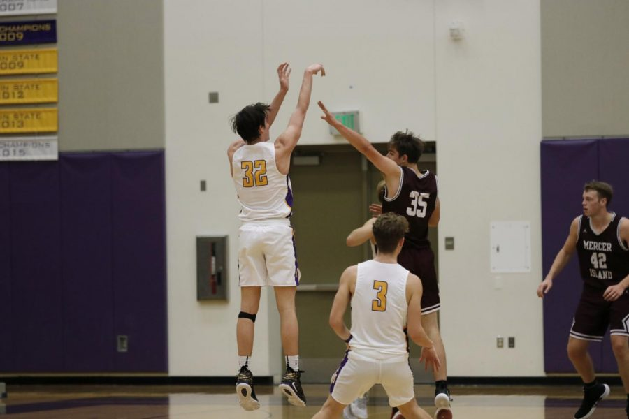 Issaquah Varsity Boys' Basketball Loses in Tough Battle Against Mercer Island